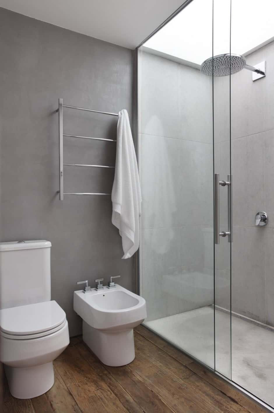 Houten vloer in de badkamer