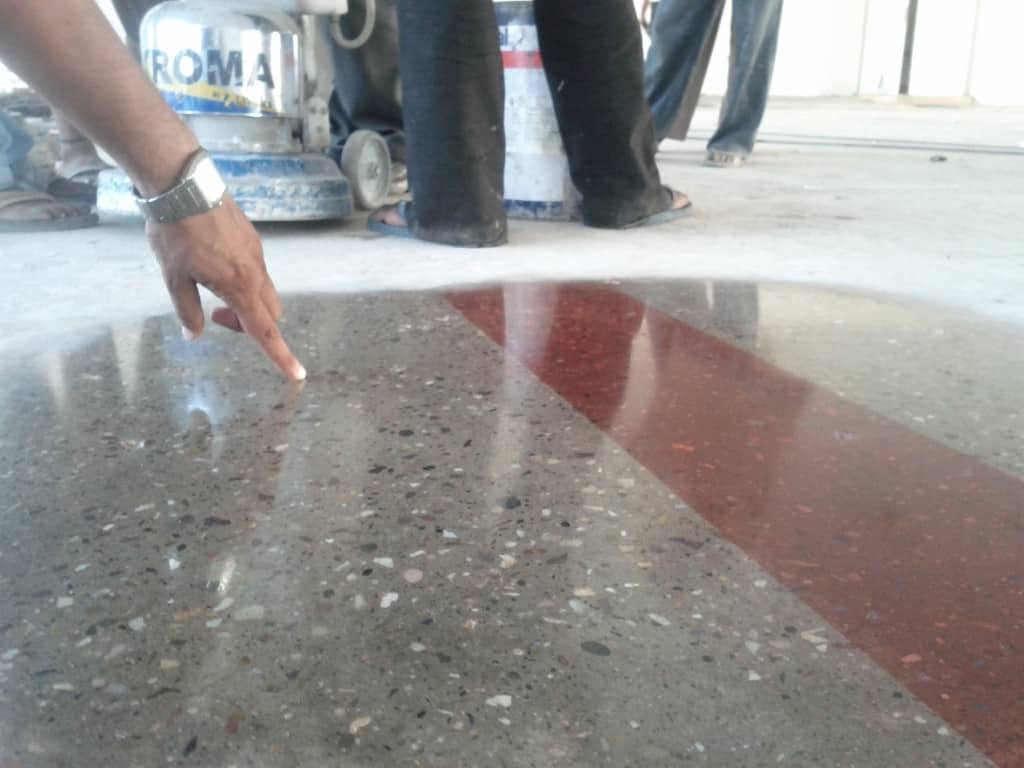 Het slijpen en kleuren van beton