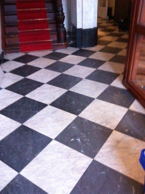 slijpen van een natuurstenen vloer