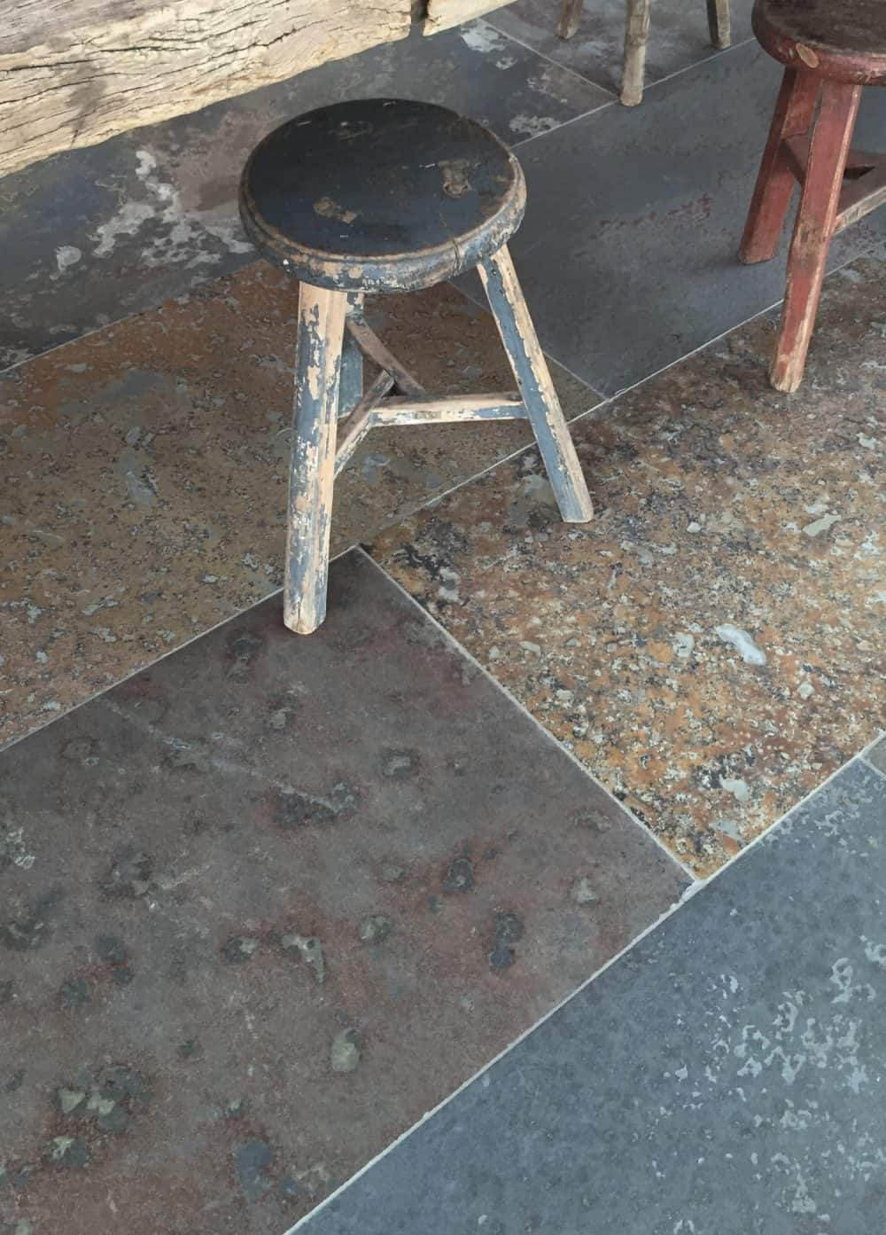 natuursteen van roestkleur in een industriële woonstijl